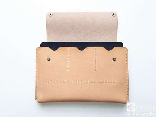 革の母子手帳ケースの前面は3つのカードポケット